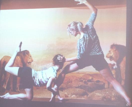 Tänzerinnen des Konzerttheater Berns posieren mit Jagdtrophäen der Vivianne von Wattenwyl