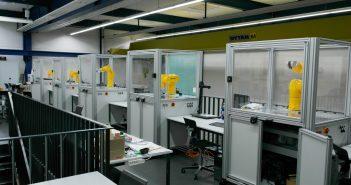Roboter stehen im Labor