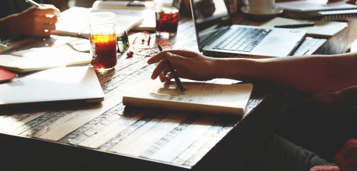 Schreibende, allein in der Gruppe